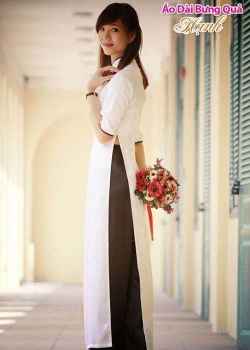 Áo dài trắng phi bóng trơn viền đen cổ truyền thống tay lỡ