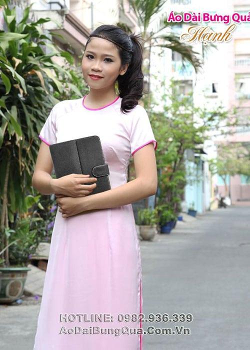 Áo dài hồng phấn lụa trơn cổ tròn viền hồng sen tay ngắn