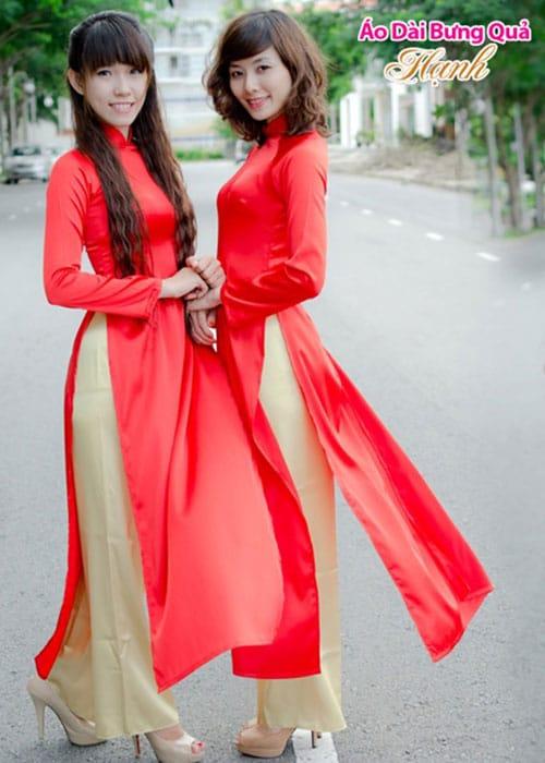 Áo dài đỏ tươi phi bóng trơn cổ hoa viền vàng tay dài